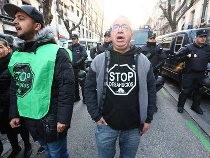 Protesta contra un desahucio en un edificio de Madrid.