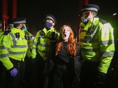 La policía de Londres arresta este sábado a una de las manifestantes en la vigilia por Sarah Everard