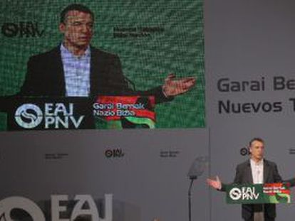 Iñigo Urkullu, durante la asamblea del PNV celebrada ayer en Barakaldo (Bizkaia), en la que fue reelegido presidente.