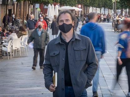 El antropólogo Alberto del Campo, tras la entrevista en la calle San Jacinto de Sevilla.