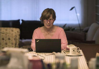 Una mujer trabaja desde casa, durante el confinamiento debido a la pandemia del coronavirus.