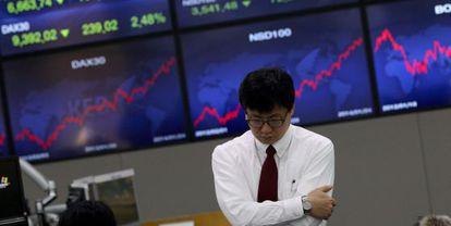 Un empleado en la Bolsa de Seúl (Corea del Sur)