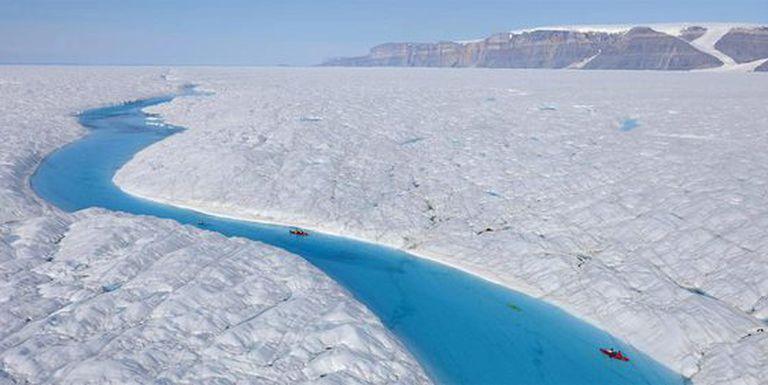 El glaciar de Petermann, en el que el pasado jueves se desprendió un trozo de hielo de 260 kilómetros cuadrados, en una fotografía de archivo de julio de 2009. En la imagen, científicos de un proyecto en colaboración de Greenpeace recorren en kayak una de las masas de agua líquida del glaciar.