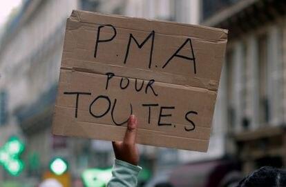 Pancarta durante la celebración del día del Orgullo Gay en París en 2020 reclamando la reproducción asistida para mujeres lesbianas, como ha aprobado ahora la Asamblea Nacional francesa.