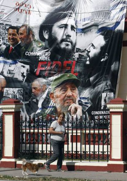 Una mujer en La Habana, tras un cartel de Fidel