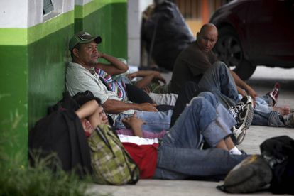 Migrantes centroamericanos esperan en Chiapas el tren que los llevará al norte de México.