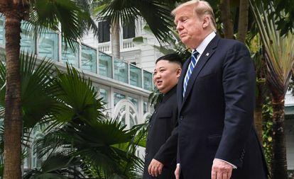 El presidente estadounidense Trump y el líder norocoreano Kim durante un receso en las negociaciones, este jueves en Hanói.