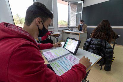 Un alumno de secundaria este jueves, en un centro de Totana, Murcia.