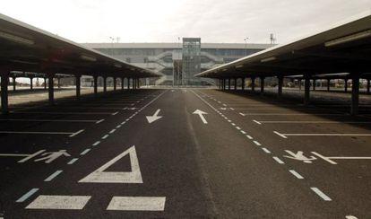 Aparcamiento vacío del aeropuerto de Ciudad Real.