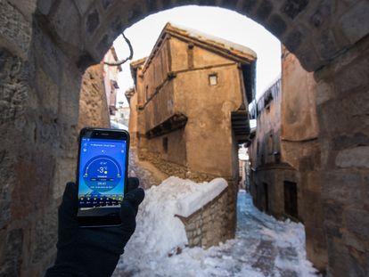 Un móvil marca -3 grados durante la ola de frío en Albarracín, Teruel, este miércoles.