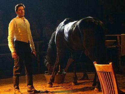 El actor Ivan Benet con el caballo 'Juguetón', en un ensayo de 'Bodas de Sangre', de Oriol Broggi.
