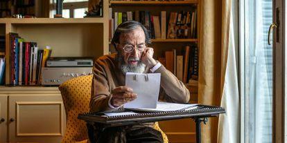 El escritor repasa sus notas en la mesita del salón de su casa, junto a la ventana, el lugar desde donde escribe.