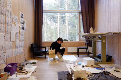 Mònica Mays en su taller, en Rupert, Lituania.