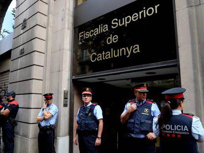 Un grupo de Mossos d'Esquadra frente a la Fiscalía Superior de Cataluña.
