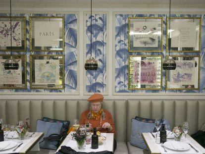 Una mujer come sola en un restaurante de Madrid.