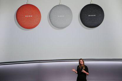 Isabelle Olsson, diseñadora jefe de Google de 'home hardware' presenta el Google Home Mini en San Francisco el 4 de octubre.