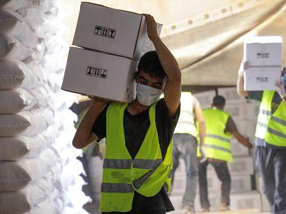 Transporte de cajas con ayuda humanitaria en el paso fronterizo de Bab el Hawa, el 30 de junio de 2021.