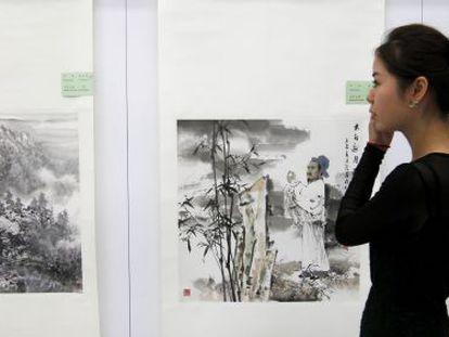 Una visitante en la exposición 'La pintura de China', en el recién inaugurado Centro de la Cultura de China.