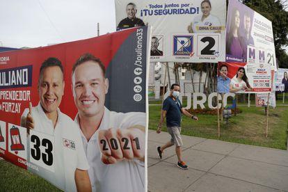 Fotografía de varios carteles electorales, el pasado 15 de marzo en Lima, capital de Perú.