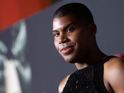 EJ Johnson posa ante la prensa en el estreno de 'Otra vuelta de tuerca' en el Teatro Chino de Hollywood en enero de 2020.