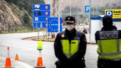 Policías españoles en la frontera con Francia durante los controles por la emergencia a causa del coronavirus, el pasado 17 de marzo.