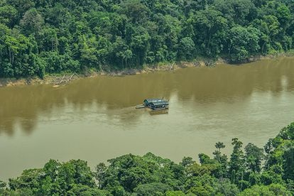 Barcazas ilegales que extraen minerales en el Amazonas.
