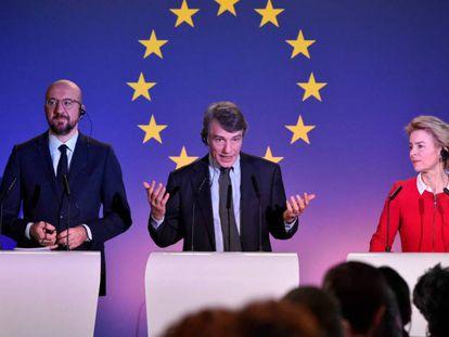 El presidente del Consejo Europeo, Charles Michel; el del Parlamento, David Sassoli, y la presidenta de la Comisión, Ursula von der Leyen, durante una rueda de prensa en Bruselas.