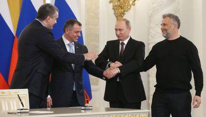 Putin, segundo por la derecha, y las autoridades de Crimea y Sebastopol, tras firmar la anexión.