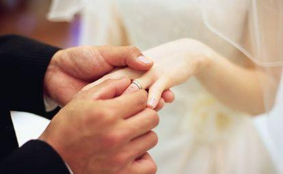Una pareja intercambia anillos en su boda.