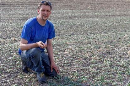 Lucas Lutke, de 34 años, en los campos de la granja de su familia en Ogrozen, Brandenburg.