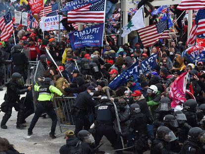 Una horda de seguidores de Donald Trump quiebra la barrera de seguridad levantada por la policía frente al Capitolio el pasado 6 de enero.