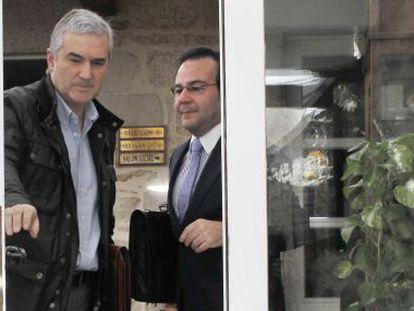 Blanco, a la izquierda, junto a su abogado, Pérez Lema, ayer en un hotel de Santiago
