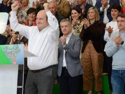 El presidente del PNV, Andoni Ortuzar (izquierda), junto al lehendakari, Íñigo Urkullu (detrás). En vídeo, el PNV celebra sus seis diputados y sus nueve senadores.