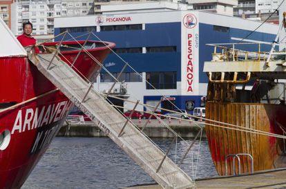 Entre unos barcos de pesca del Puerto de Vigo la nave de fr'o de Pescanova, en la avenida de Beiramar