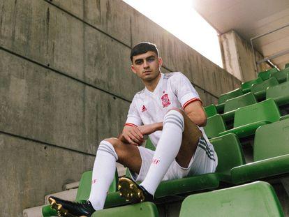 Pedri, posa en la Ciudad del Fútbol con la nueva segunda equipación de la selección española. / (EUROPA PRESS)