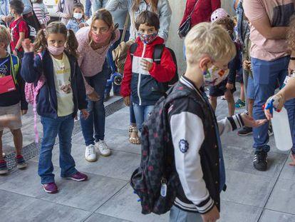 Inicio del curso escolar en el colegio Aldapeta Maria de San Sebastian.Niños de 1º y 2º de primaria.