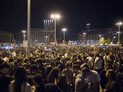 Macrobotellón en la Plaza de España en la primera noche de las fiestas de la Mercè.