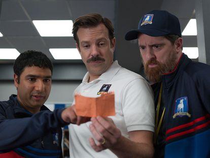 Nick Mohammed, Jason Sudeikis y Brendan Hunt, en 'Ted Lasso'.