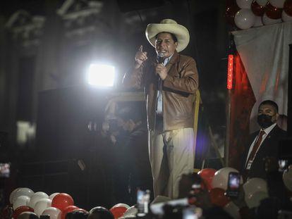 """El izquierdista Pedro Castillo ofrece declaraciones durante una manifestación hoy, en Lima (Perú). Por segunda semana consecutiva dos marchas paralelas exhiben la profunda división del Perú entre quienes denuncian, sin pruebas, que hubo """"fraude"""" en las elecciones del pasado día 6 y los que ven un """"golpe de Estado"""" en las maniobras de la candidata Keiko Fujimori para revertir sus resultados."""