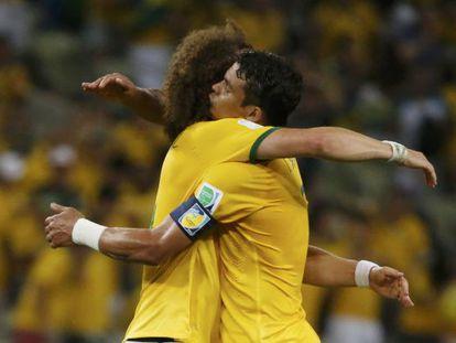 David Luiz y Thiago Silva se abrazan tras derrotar a Colombia