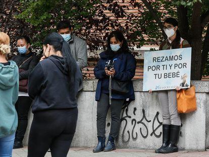 Voluntarios de la iniciativa 40 días por la vida rezan el 22 de septiembre frente a la clínica Dator, en  Madrid