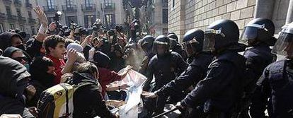 Estudiantes se enfrentan a los Mossos d'Esquadra durante la protesta de Barcelona.