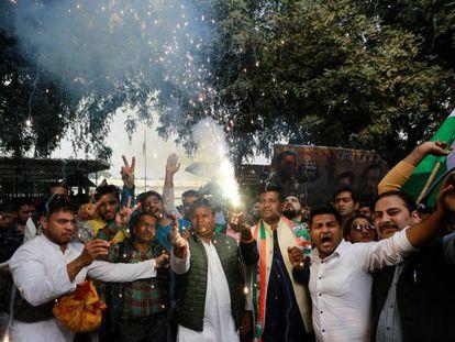 Seguidores del Partido del Congreso celebran la victoria en varios Estados, el martes en Nueva Delhi.