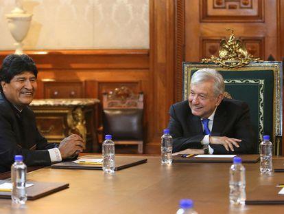 El presidente de México, Andrés Manuel López Obrador, recibe al exmandatario boliviano Evo Morales, este viernes en el Palacio Nacional.