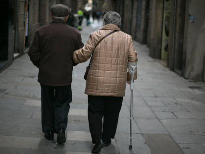 Una pareja de personas mayores pasean por el Raval de Barcelona.