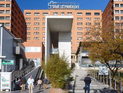Fachada del Hospital Vall d'Hebron, de Barcelona, uno de los centros que ha notado un aumento en los casos de autolesiones en jóvenes