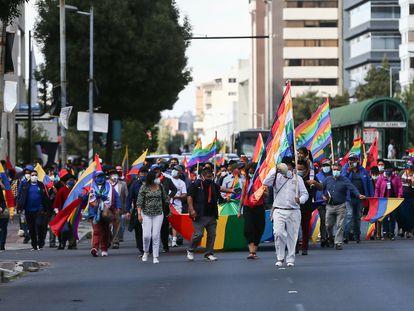 Simpatizantes del candidato a la presidencia de Ecuador Yaku Pérez marchan durante una protesta en Quito (Ecuador).