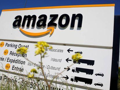 Logo de Amazon en instalaciones logísticas de la compañía en Francia.