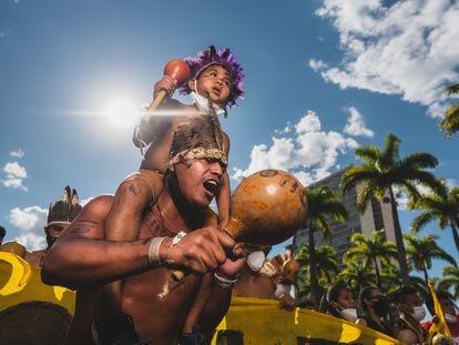 Un indígena con un niño a hombros durante la marcha hacia el Supremo el miércoles 1 de septiembre.