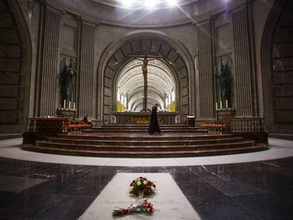 Tumba de Francisco Franco frente al altar de la basílica del Valle de los Caídos.